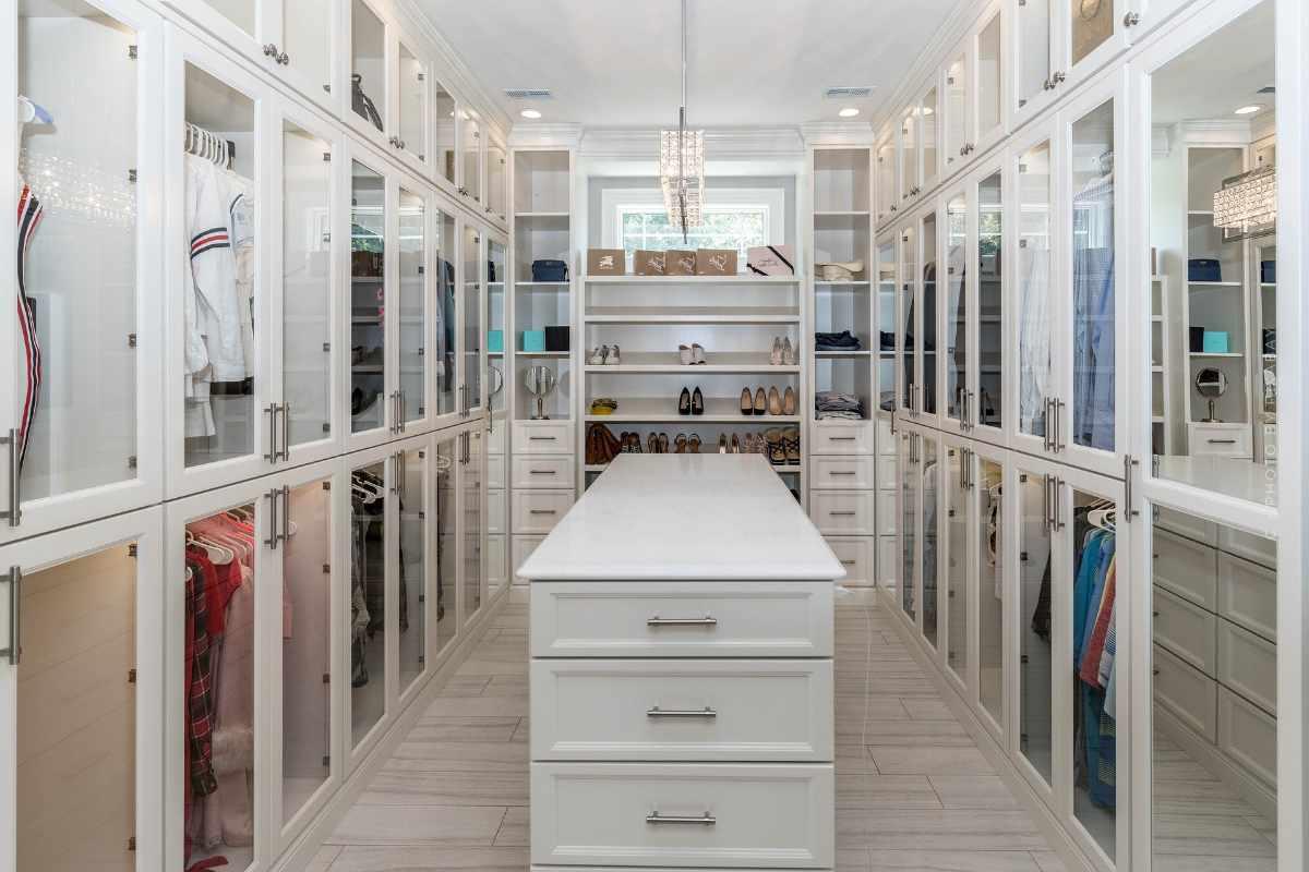 Wardrobe Furnishings: Plan, build and design walk-in wardrobe with matching furniture